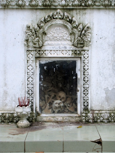 The glass window looking into the memorial and at the remains left - Wat Champuh Ka'ek, Kandal