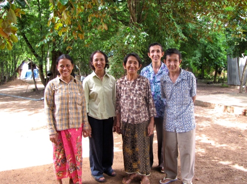 Hospitable family welcome us for an afternoon of lunching and lounging - Phnom Oudong, Kandal