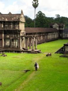 Man tidying up at Angkor Wat - Angkor, Siem Reap